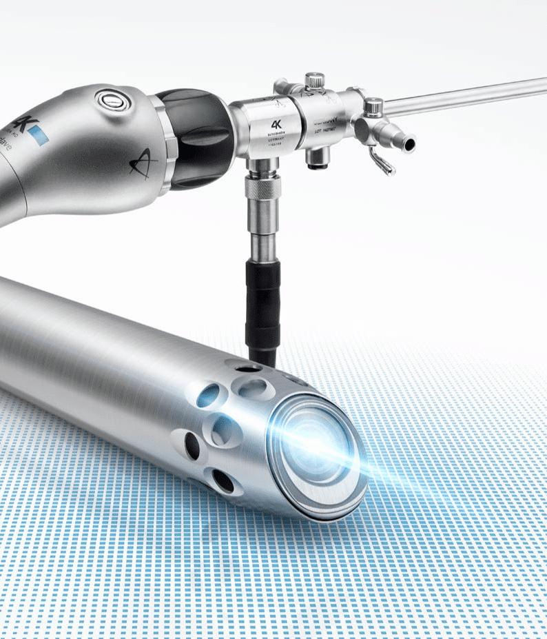 L'arthroscope est un fin tube équipé d'un objectif miniaturisé relié à une caméra et de fibres optiques reliées à une source lumineuse.