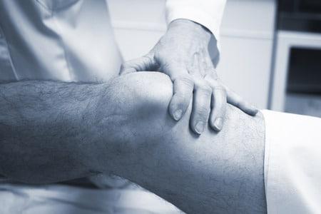 Les traitements médicaux de l'arthrose peuvent ralentir son évolution, soulager la douleur et améliorer la mobilité. La chirurgie permet de réparer le cartilage détruit ou de le remplacer par une prothèse.