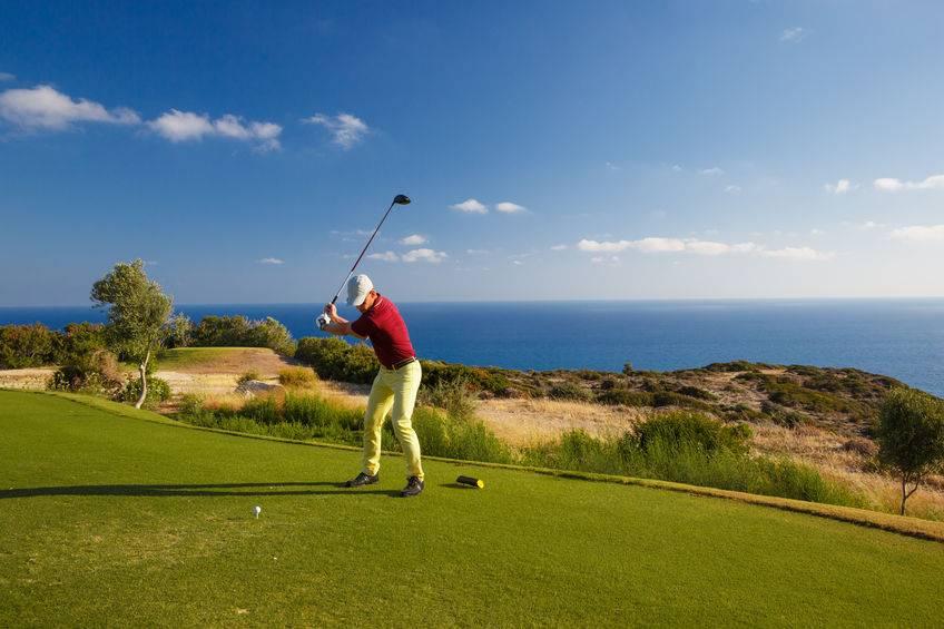 Au golf, l'épaule est très souvent sollicitée avec un risque de micro-traumatismes répétés
