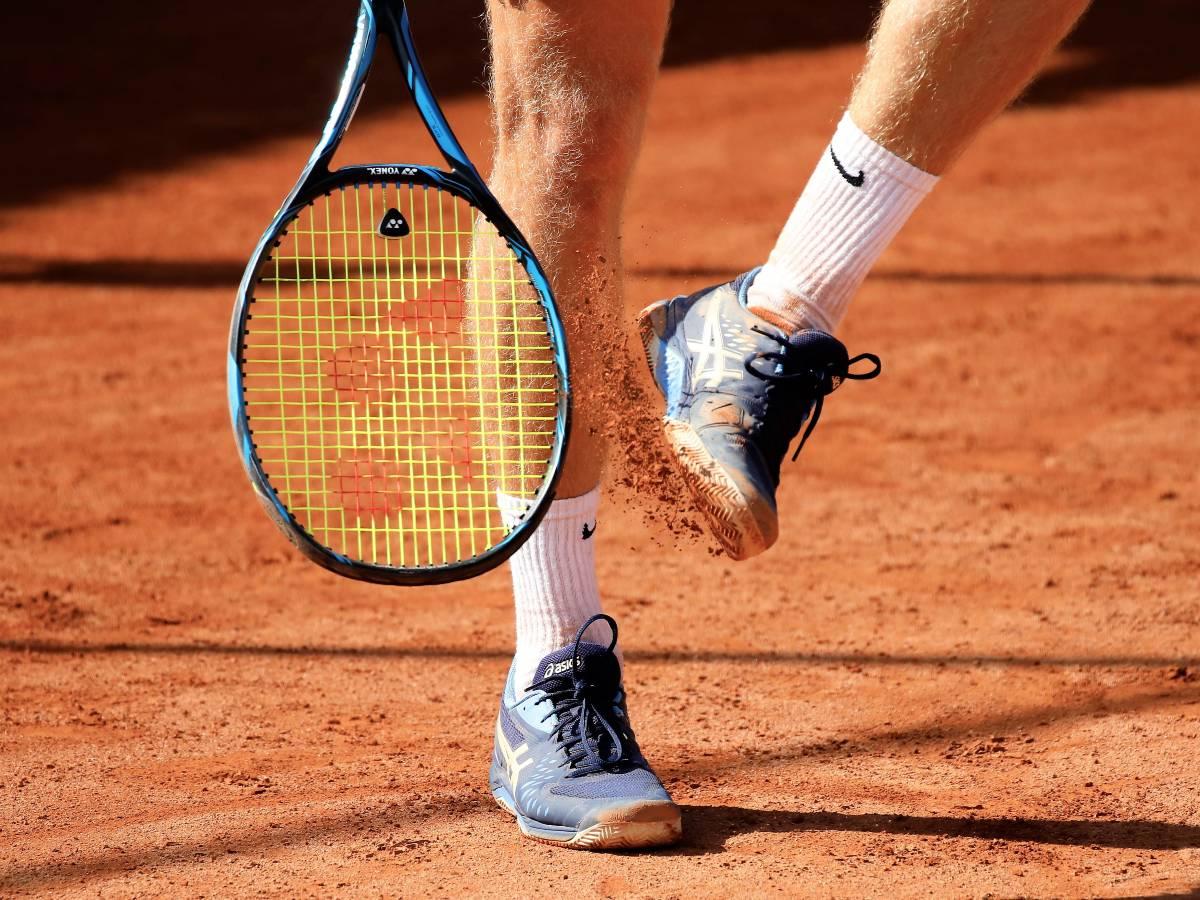 Les blessures au golf concernent surtout les tendinopathies de l'épaule, les épicondylites au coude et les lésions méniscales et tendineuses au genou.