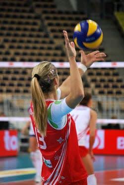 Au volleyball, le service smashé peut entraîner des lésions de l'épaule