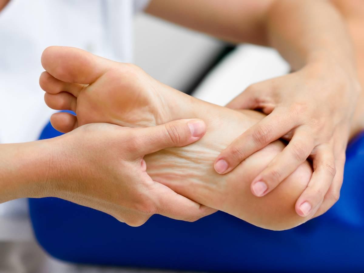 Comment soulager et bien traiter les douleurs aux pieds